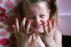 Ребенок грызет одежду, ногти, вырывает волосы