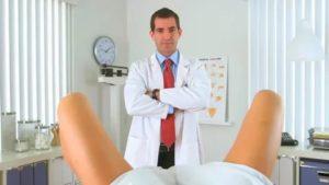 Надо идти на осмотр к урологу и гинекологу, а у меня месячные