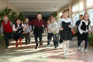 Ребенок бегает во время урока